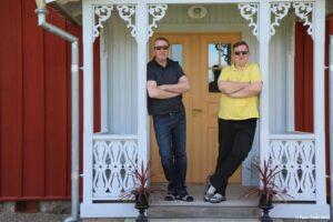 Jens (li.) und Andy (re.) vor dem Ferienhaus in Schweden.